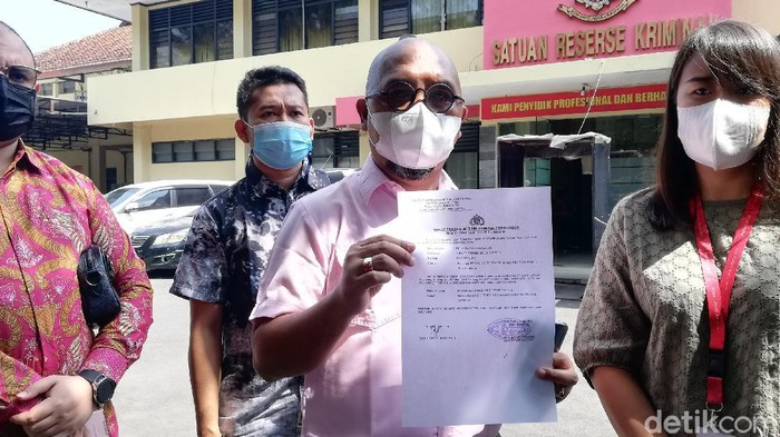 Kuasa hukum PT Persis Solo, Badrus Zaman menunjukkan surat laporan polisi soal dugaan pencemaran nama baik yang dilakukan eks PR berinisial MK, Jumat (18/6/2021).