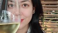 Manisnya Pose Lulu Tobing Saat Hangout dan Makan Bareng Keluarga