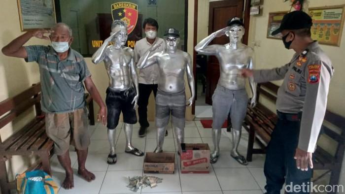 Empat manusia silver diamankan di Lamongan, karena dianggap mengganggu ketertiban umum. Mereka ditangkap saat beraksi di lampu merah pertigaan Deket.