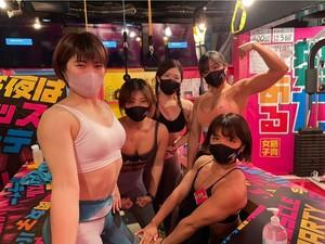 Mau Mampir? Di Bar Ini Wanita-wanita Bertubuh Kekar Siap Layani Pengunjung