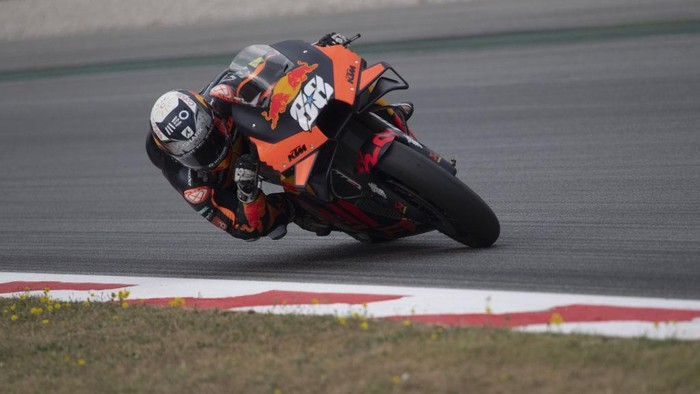 BARCELONA, SPAIN - JUNE 06: Miguel Oliveira of Portugal and Red Bull KTM Factory Racing rounds the bend during the MotoGP of Catalunya - Race at Circuit de Barcelona-Catalunya on June 06, 2021 in Barcelona, Spain. (Photo by Mirco Lazzari gp/Getty Images)