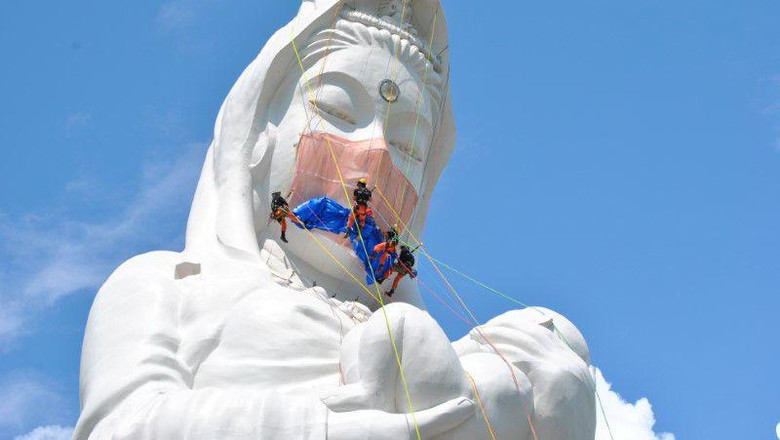 Patung dewi kenakan masker