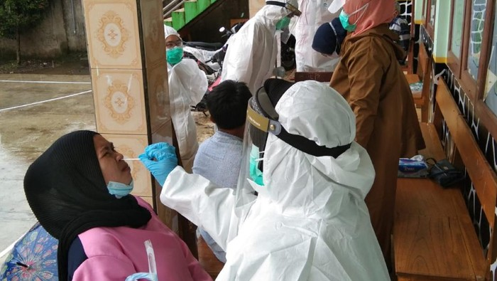 Pengungsi bencana longsor di Cianjur diswab test antigen