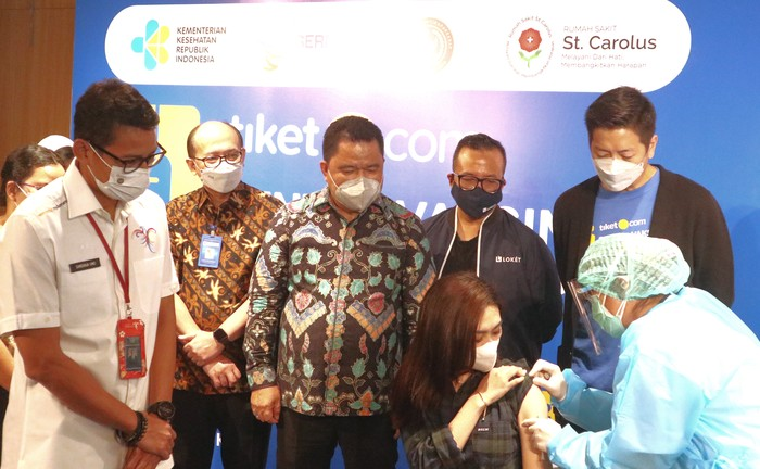 Penyuntikan vaksinasi pertama di acara peresmian Sentra Vaksinasi Tiket.com pada 14 Juni 2021 di RS St. Carolus