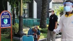 Petugas gabungan gelar razia masker di kawasan Solo. Warga yang kedapatan melanggar prokes pun ditindak dengan diwajibkan melakukan swab test di tempat.