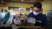 Sandiaga Uno Jajan Jalangkote di Maros Sambil Ingatkan Prokes ke Pengunjung