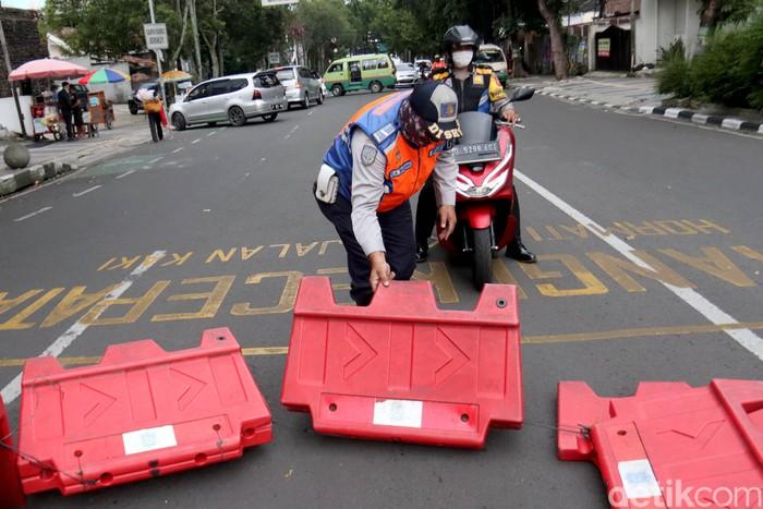 Demi membatasi gerak masyarakat untuk menekan laju penyebaran COVID-19, jalanan di kota Bandung juga diterapkan buka tutup pada siang hari. Tak hanya pada malam hari, buka tutup jalan menuju Pusat Kota Bandung juga dilakukan siang hari. Inilah salah satunya.