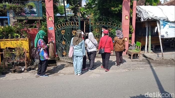 Suasana di depan pintu ponpes Nurul Iman, Pedukuhan Sorogenen, Kalurahan Timbulharjo, Kapanewon Sewon, Bantul, Jumat (18/6/2021).