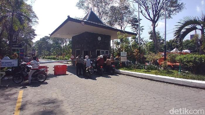 Suasana kampus UNS Solo yang lockdown usai 3 dosen meninggal positif Corona, Jumat (18/6/2021).
