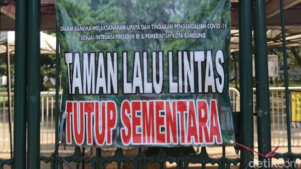 Salah satu kawasan wisata, Taman Lalu Lintas memasang spanduk berisi informasi penutupan wisata sementara. (Wisma Putra/detikcom)
