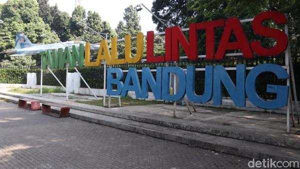 Lonjakan kasus COVID-19 di Bandung membuat tempat wisata ditutup sementara. Kebijakan itu dilakukan untuk membatasi pergerakan masyarakat dan mencegah kerumunan di tempat wisata. (Wisma Putra/detikcom)