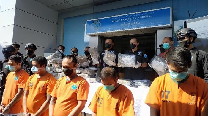 Tersangka pengedaran narkoba jaringan Lapas Kerobokan (Foto: Sui Suadnyana/detikcom)