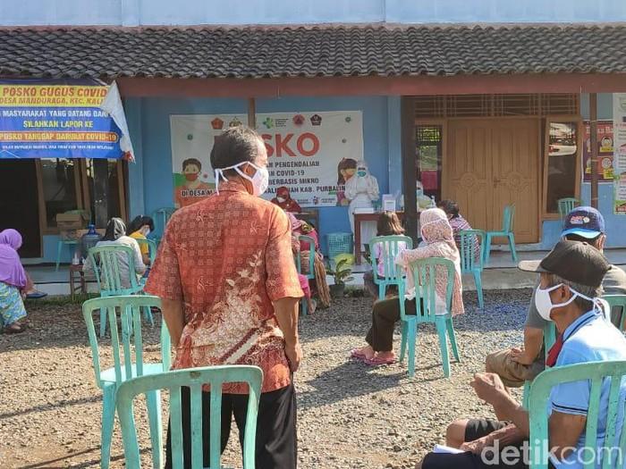 Tes swab antigen dan PCR kepada 28 orang yang merupakan kontak erat kasus Corona di Balai Desa Manduraga, Purbalingga, Jumat (18/6/2021).