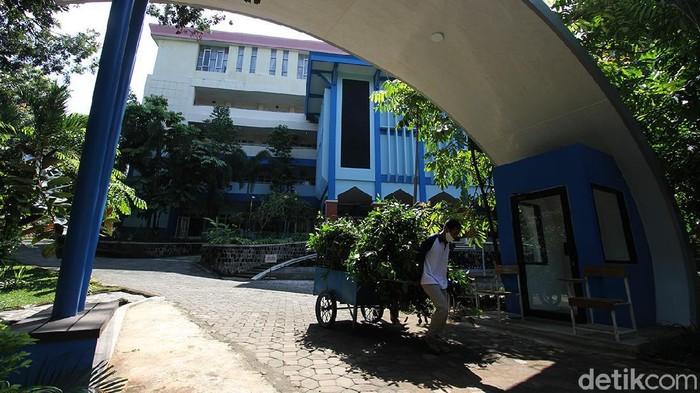 Kampus Universitas Sebelas Maret (UNS) ditutup sementara waktu. Penutupan dilakukan usai tiga dosen di kampus tersebut dilaporkan meninggal akibat COVID-19.