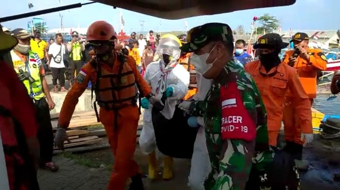 Tim SAR gabungan evakuasi jasad korban yang hilang tenggelam di pesisir Palabuhanratu, Sukabumi.