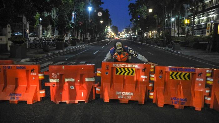 Sejumlah ruas jalan protokol di Kota Bandung ditutup selama 14 hari ke depan. Penutupan jalan dilakukan guna menekan angka penyebaran COVID-19 di Kota Kembang.