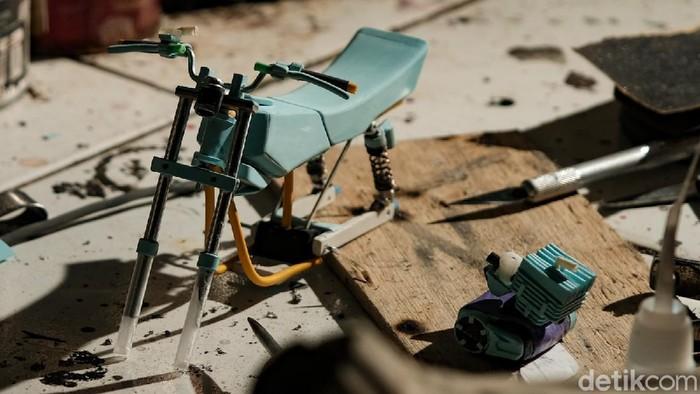 Di tangan Wawang Kurniawan, barang bekas disulap menjadi kerajinan bernilai tinggi. Dia menyulap barang bekas menjadi miniatur Yamaha RX-King.