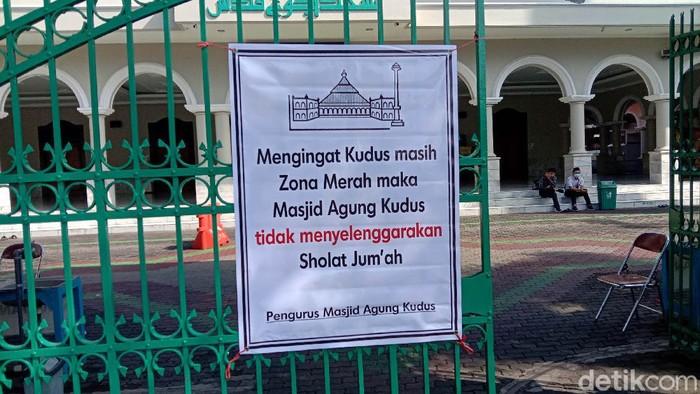 Meski Kementerian Agama telah melarang kegiatan keagamaan di rumah ibadah yang berada di zona merah, tapi ada saja yang tetap menggelarnya. Di Kudus salah satunya.