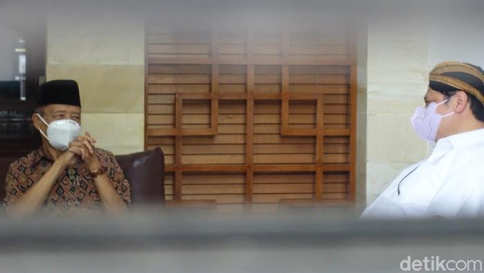 Airlangga Hartarto di kediaman Ahmad Syafii Maarif atau Buya Syafii Maarif di Sleman, DIY, Sabtu (19/6/2021).
