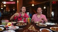 Bikin Laper! Mike Ethan Makan Tengkleng Kambing yang Dimasak Pakai Arang