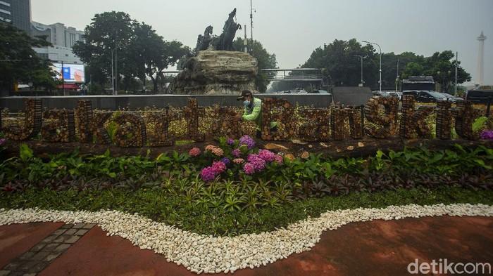 Kawasan Patung Kuda, Jakarta dipercantik dengan dekorasi oleh petugas PJLP Sudin Pertamanan dan Khutanan. Seperti apa penampakannya?