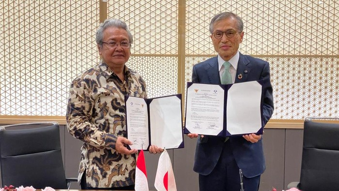 Dubes RI untuk Jepang Heri Akhmadi dan Presiden Universitas Osaka, Shojiro Nishio, menandatangani kerja sama di bidang Kesehatan, Pangan dan Bioteknologi di Osaka Jumat (18/6).