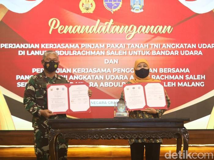 Pemprov Jatim melakukan penandatangan perjanjian kerja sama dengan TNI AU. Kerja sama ini terkait pinjam tanah TNI AU di Lanud Abdulrachman Saleh sebagai bandar udara.