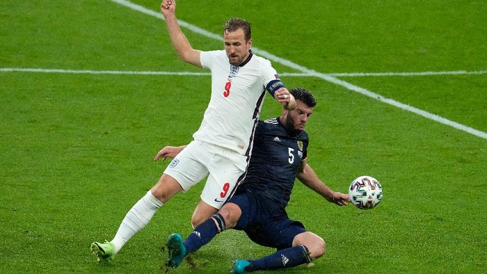 LONDON, ENGLAND - JUNE 18: Harry Kane of England is challenged by Grant Hanley of Scotland during the UEFA Euro 2020 Championship Group D match between England and Scotland at Wembley Stadium on June 18, 2021 in London, England. (Photo by Matt Dunham - Pool/Getty Images)