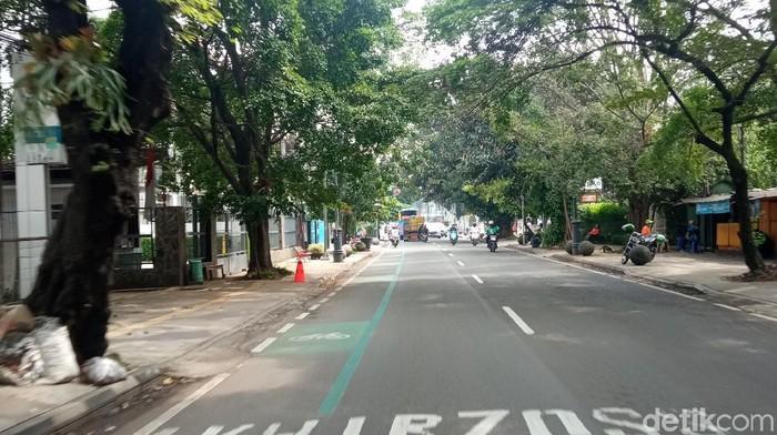Wilayah Bandung Raya ditutup sementara untuk wisatawan menyusul lonjakan kasus COVID-19. Sejumlah ruas jalan di Bandung terlihat lengang, Sabtu (19/6/2021).