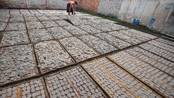 Pekerja menjemur kerupuk di Sentra Usaha Kecil Maju Lancar di Pekarungan, Serang, Banten, Sabtu (19/6/2021). Menteri Koperasi dan UKM Teten Masduki menyatakan, untuk melindungi para pelaku UMKM terdampak pandemi COVID-19, pihaknya menggulirkan sejumlah program seperti bantuan langsung tunai (BLT) sebesar Rp1,2 juta per unit usaha, memberi pendampingan dan pengembangan pemasaran melalui program digitalisasi UKM. ANTARA FOTO/Asep Fathulrahman/pras.