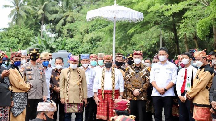 Masyarakat adat Lampung marga Dantaran memberikan gelar adat kehormatan kepada Erick. Hal itu menjadikan Erick adik langsung Zulhas secara adat.