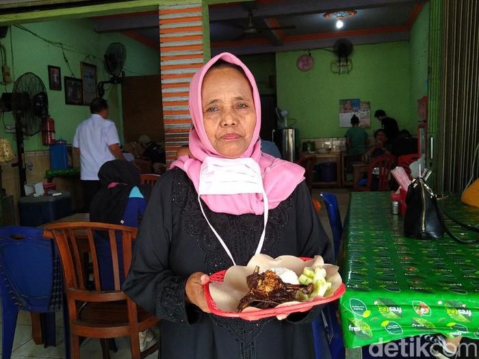 Kisah Mak Isa Sukses Jualan Nasi Bebek Madura Bumbu Hitam di Jakarta