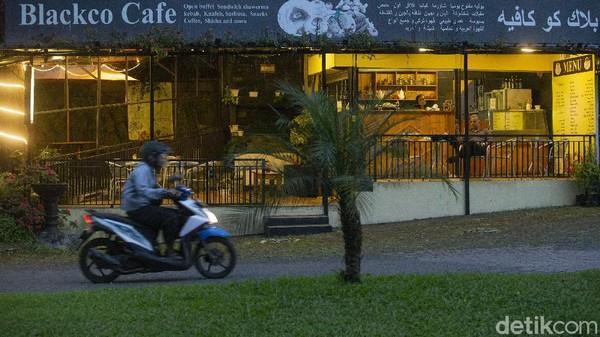 Sejumlah toko, kafe, hingga restoran khas Arab di Puncak, Bogor, Jawa Barat, nampak sepi, Rabu, (15/6/2021).
