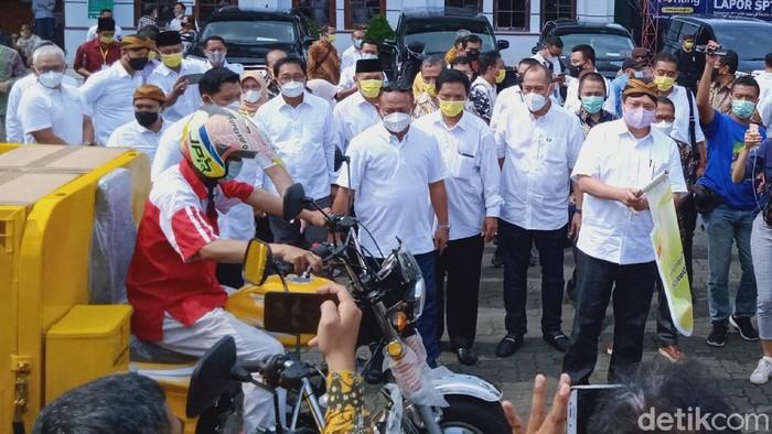 Menko Perekonomian sekaligus Ketua Komite Penanganan COVID-19 dan Pemulihan Ekonomi Nasional, Airlangga Hartarto, di Klaten, Sabtu (19/6/2021).