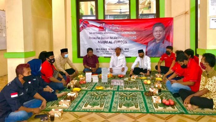 Anggota PDIP menggelar pertemuan dengan sejumlah tokoh alim ulama Bekasi dalam rangka safari silaturahmi.