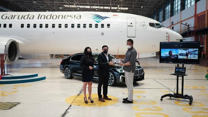 """Garuda Indonesia dan BMW Indonesia menjalin kerja sama layanan """"Prestige Service"""" dengan menyediakan BMW 730Li M Sport untuk transportasi lanjutan."""