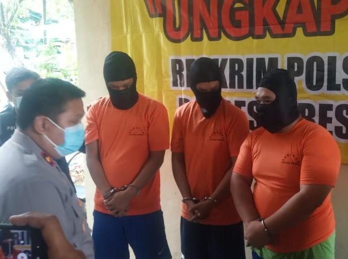 Seorang terapis pijat di Surabaya menjadi korban pemerkosaan tiga orang. Para pemerkosa kemudian merampas barang-barang berharga milik korban.