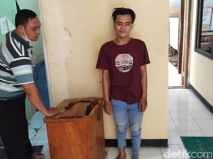 Pemuda di Lamongan ditangkap karena mencuri kotak amal. Pencurian sudah ia lakukan di 10 TKP.