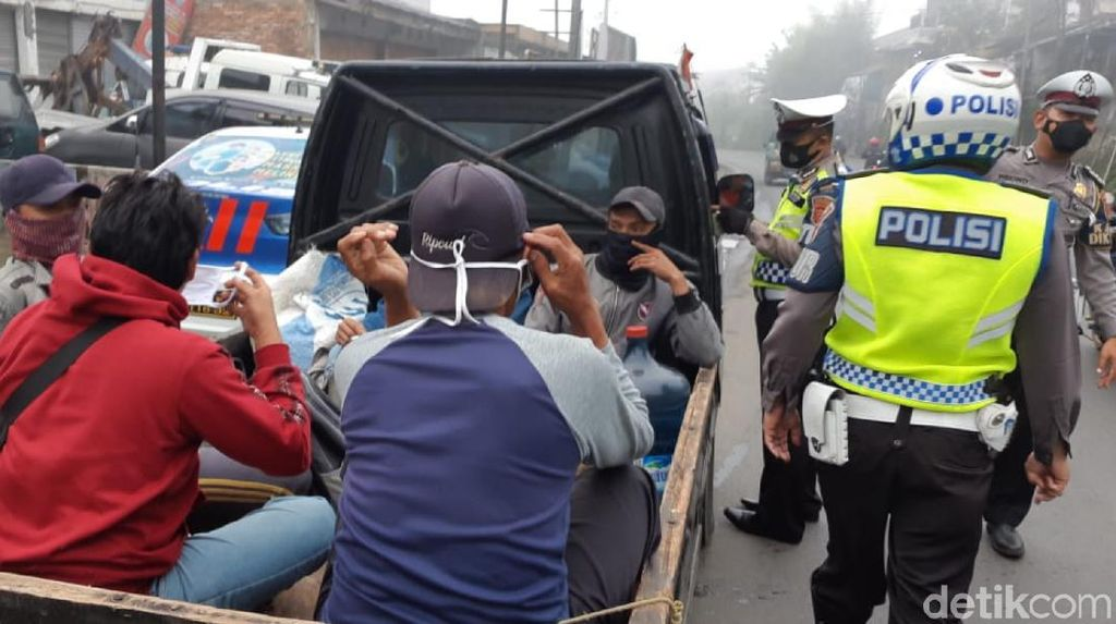 Cegah Corona, Polisi Halau Pikap Angkut Wisatawan di Sukabumi