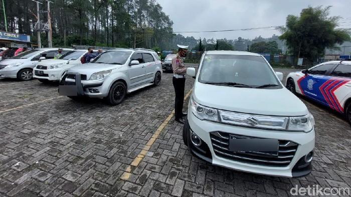 Polisi Putar Balik Kendaraan Wisatawan di Lembang Bandung