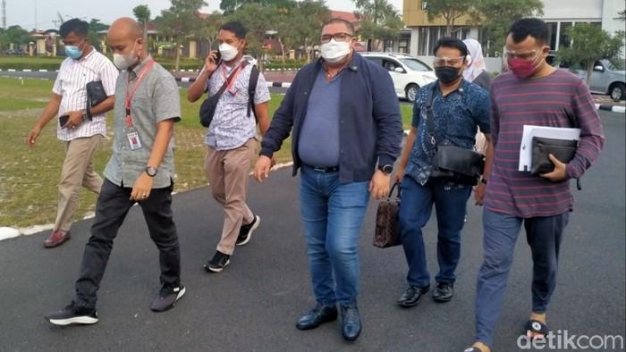 Razman dkk saat mendatangi Polda Riau. (Raja Adil Siregar/detikcom)