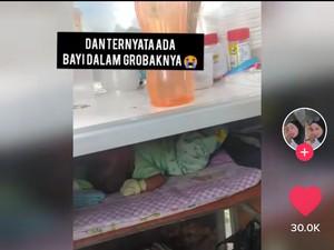 Sedih! Ibu Ini Jualan Cimol Sambil Bawa Bayi 1 Bulan di Gerobaknya