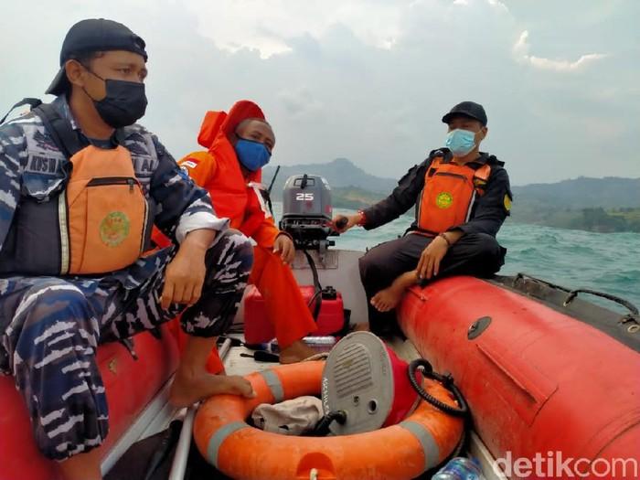 Tim Basarnas diterjunkan melakukan pencarian nelayan hilang