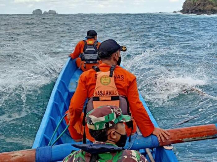 Dua nelayan hilang saat mencari lobster di Teluk Prigi Trenggalek. Tim SAR gabungan diterjunkan untuk melakukan pencarian.