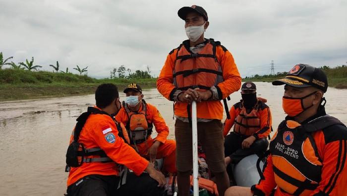 Tim SAR melakukan pencarian ABG yang hanyut di sungai di Demak, Sabtu (19/6/2021).