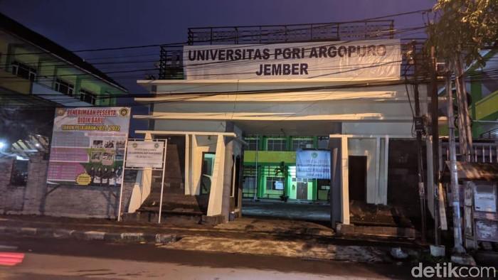 Rektor Universitas IKIP PGRI Argopuro (Unipar) Jember berinisial RS mengundurkan diri. RS mundur setelah dianggap melakukan pelecehan seksual terhadap seorang dosen.