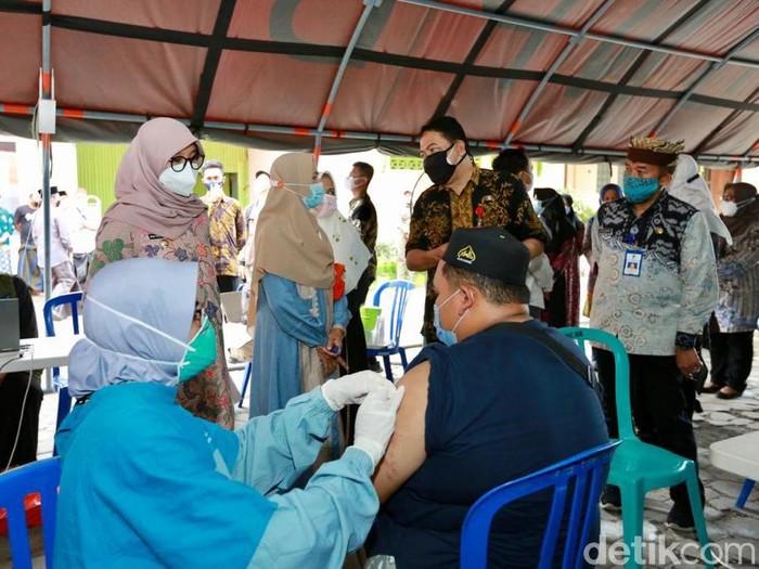 Vaksinasi COVID-19 di Banyuwangi terus digenjot. Sasarannya terus diperluas hingga menjangkau kalangan santri.