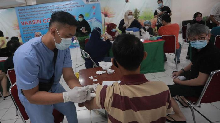 Sebanyak 1.000 penghuni ditargetkan jalani vaksinasi massal di Apartemen kawasan Kelapa Gading, Jakarta Utara.