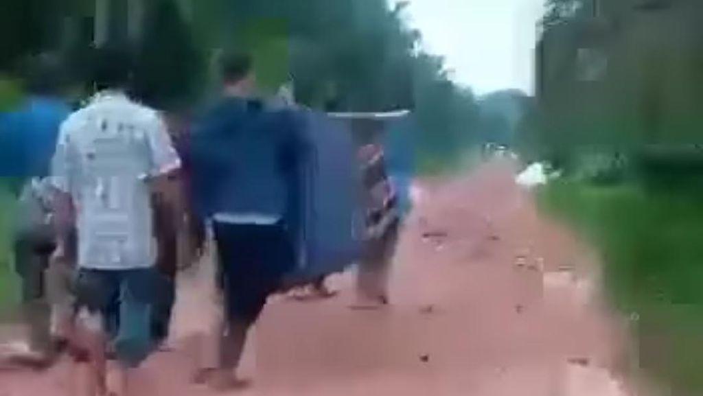 Viral Warga Tandu Jenazah Pakai Sarung Gegara Jalan Rusak di Dumai Riau