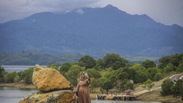Wisata Bukit Batu yang terletak di kawasan Waduk Riam Kanan itu menjadi salah satu destinasi wisata alam yang menawarkan pemandangan Pegunungan Meratus dan Waduk Riam Kanan yang ramai di kunjungi wisatawan lokal.